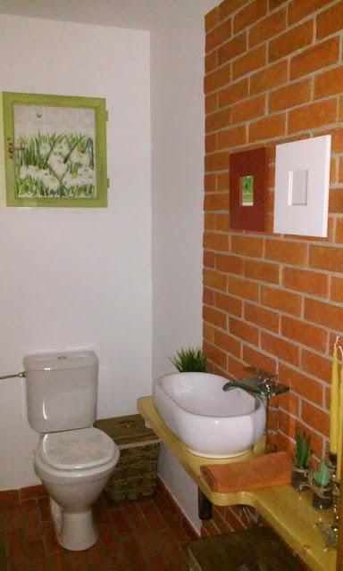 widok na ceglaną łazienkę wykonaną z płytek ceglanych ściennych i podłogowych