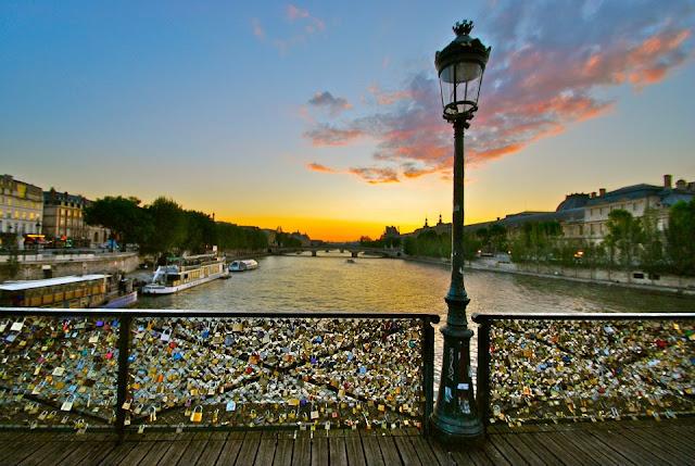 Passeio Romântico na Pont des Arts em Paris
