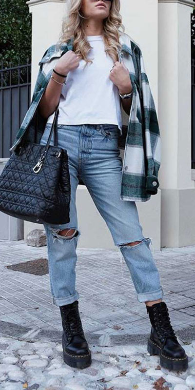 Looking for casual winter outfits? Consider these 23 Fabulous Winter Outfits To Get You Through The Season with Style. Fashion for Women via higiggle.com | casual winter look with jeans | #winter #fashion #jeans