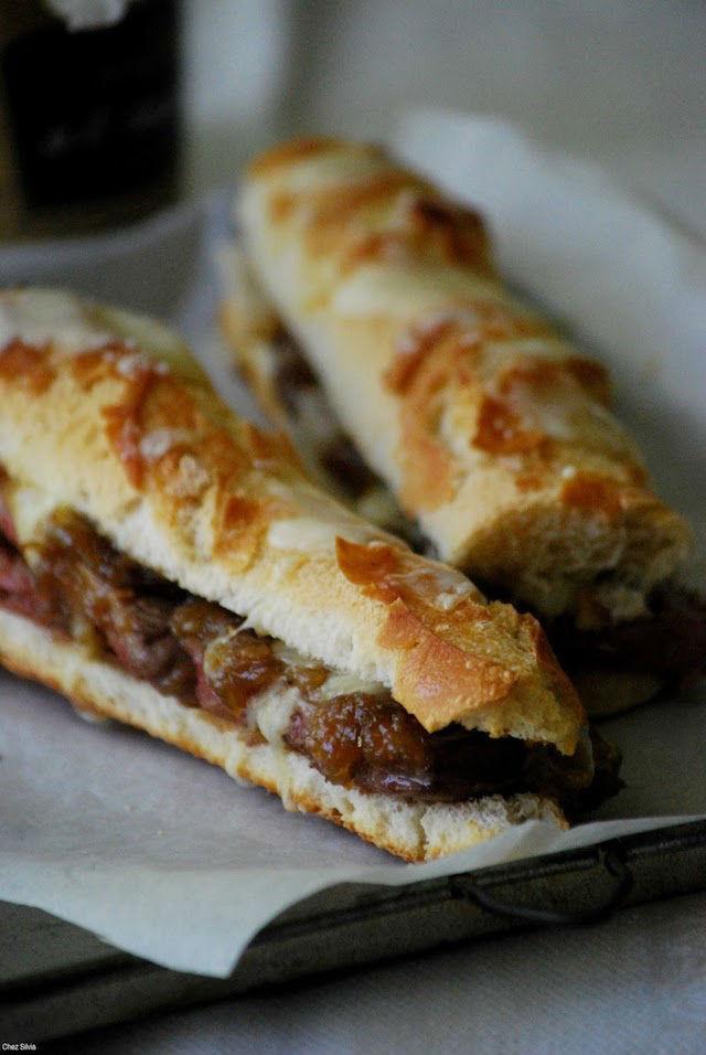 Cenas saludables que prepararás en menos de 5 minutos, bocadillo de ternera con cebolla caramelizada