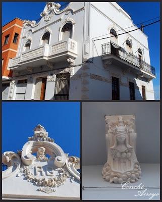 Preciosa casa de la época de prosperidad de Manuel, está situada en la calle Abat y apunta ya un estilo modernista en su decoración con escayolas y flores.