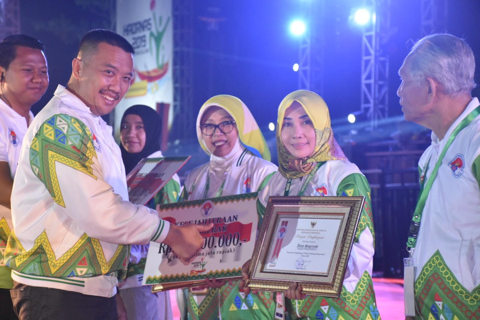 Ani Agus Subagiyo Terima Piagam penghargaan Dari Kemenpora