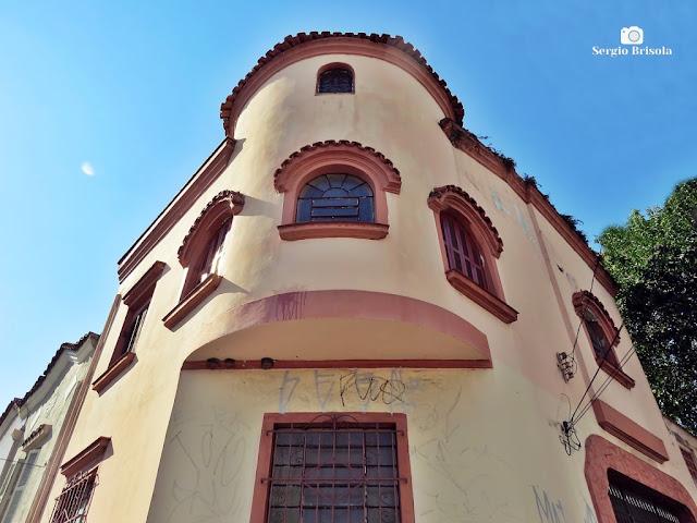 Perspectiva inferior da fachada de uma Casa antiga na Rua Lino Coutinho com Rua Cisplatina - Ipiranga - São Paulo