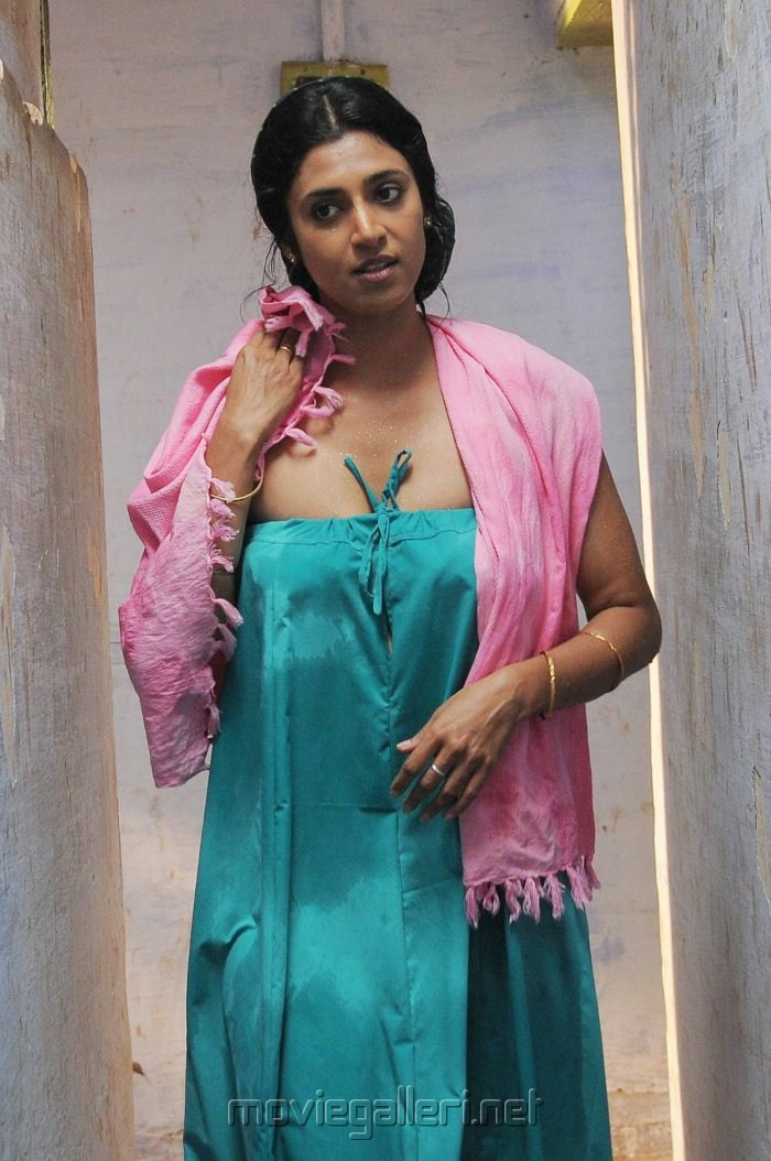 Kasthuri Hot Navel And Cleavage Kissing Photos From Tamil -6216