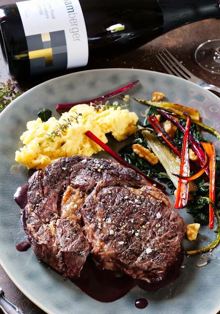 Ribeye Steak auf Sauce Bordelaise mit Mangoldgemüse und Nussbutter Polenta