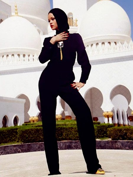 Rihanna-at-The-Sheikh-Zayed-Grand-Mosque