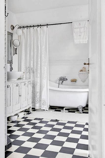 baie alba cu cada pe picioare