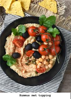 Hummus naturel met kalamata olijven, kappers, tomaten cherry en koriander