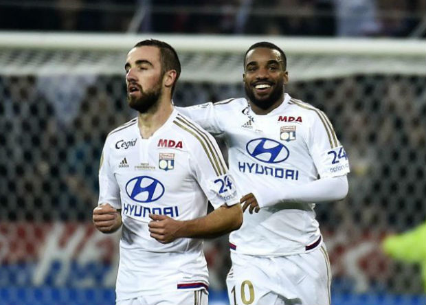 Les joueurs de l'Olympique Lyonnais ont réalisé l'exploit et s'imposent 2-1 face au PSG. C'est la première défaite des hommes de Laurent Blanc cette saison en Ligue 1. Cette victoire, les Gones ne l'ont pas volée. Les joueurs du Bruno Génésio méritent en effet ces 3 points qui leur permettent en plus de monter sur le podium. C'est donc une très belle opération pour l'OL.