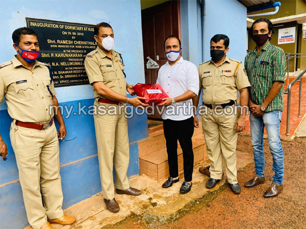 Kerala, News,  Kuwait KMCC handed over mask and sanitizer to Kasargod police station