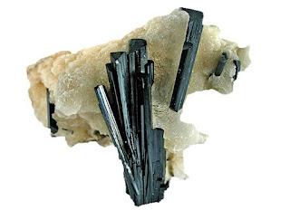 Mineral de egirina en roca matriz