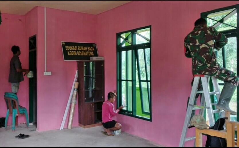 Pastikan Pembangunan Edukasi Rumah Baca Kodim 0318/Natuna Berjalan Baik, Babinsa Desa Cemaga Utara Lakukan Komsos
