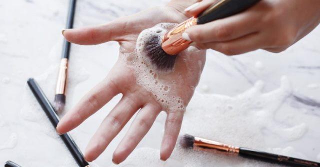 cara membersihkan kuas makeup