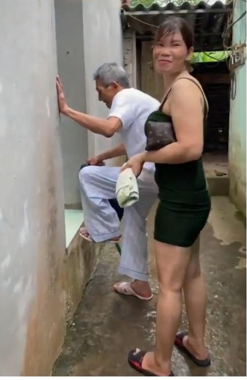 Em nào làm cho cụ thì cẩn thận nha. Không cụ mà thăng là cũng lên phường đấy :))))))))))))