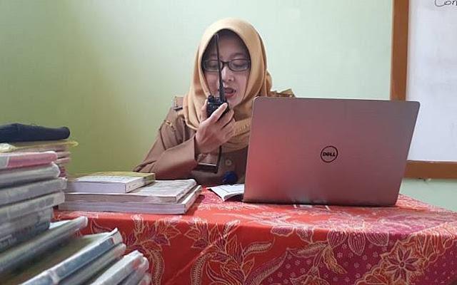 Tak Tega Lihat Murid Tak Bisa Belajar karena Kehabisan Paket Internet, Guru di Madiun Ini Mengajar Muridnya Pakai HT