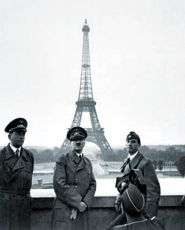Adolf Hitler (centro) posando delante de la Torre Eiffel en París