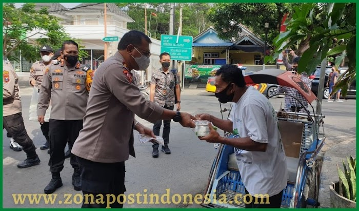 Jumat Berkah Polresta Banyuwangi, Bagikan Kotak Nasi Kepada Penarik Becak Hingga Loper Koran