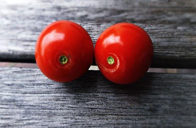 Diet bisa lebih menyenangkan ketika kamu mengonsumsi tomat. Buah ini memiliki manfaat untuk diet karena kandungan vitamin dan mineral didalamnya