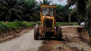 PT.SAMS dan Pemerintah Desa Sungai Kuti SP1 Bekerja Sama Perbaiki Jalan Rusak Menuju Desa Sungai Kuti SP1
