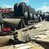 Caminhão com carga de milho tomba na BR-104, em Caruaru, PE
