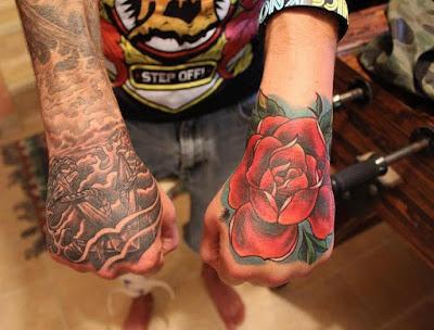 tato bunga mawar hitam
