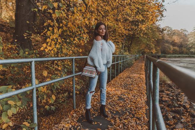 Prosty jesienny look ze swetrem oversize  - Czytaj więcej