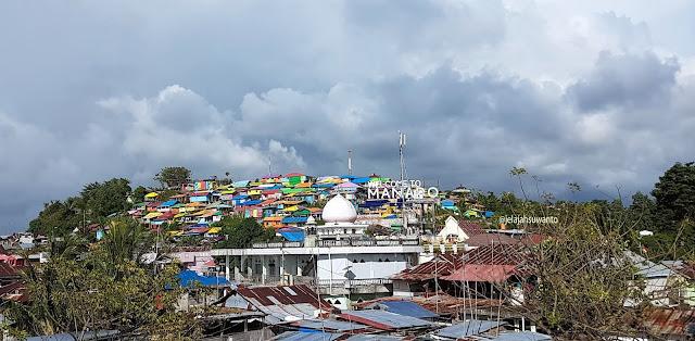 Pemukimam Pelangi Bukit Torsina Kelurahan Sindulang 1, Kecamatan Tuminting, Kota Manado terlihat dari Jembatan Soekarno || JelajahSuwanto