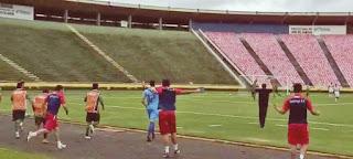 Reprodução - Jogadores e comissão técnica do  Ipatinga FC comemoram o gol de Tchô