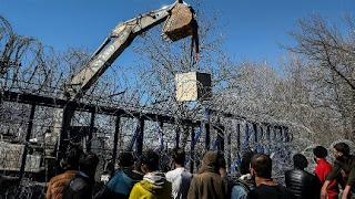 اليونان تنصب حواجز إسمنتية عند معبر حدودي لمنع طالبي اللجوء