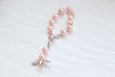Marturii Botez deosebite in forma de bijuterie din perle cu ingeras roz