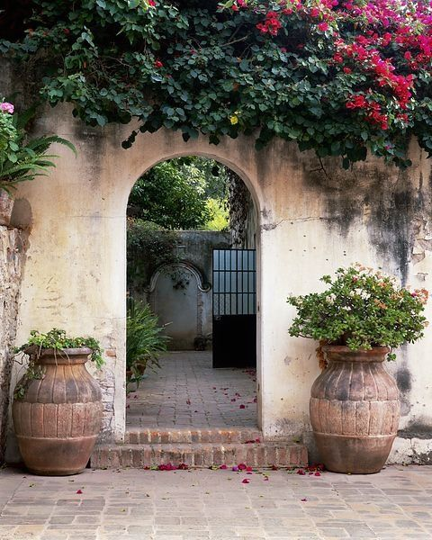 Mediterranean Style Courtyard: Lamb & Blonde: Spanish Revival