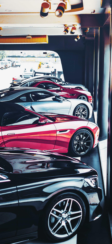 خلفية سيارات رياضية داخل معرض بيع سيارات