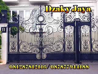 Contoh pagar besi tempa modern untuk rumah mewah modern klasik.