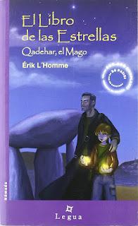 Portada de El libro de las estrellas. Qadehar, el Mago. Un hombre adulto acompaña a un niño sonriente que tiene fuego en las manos.