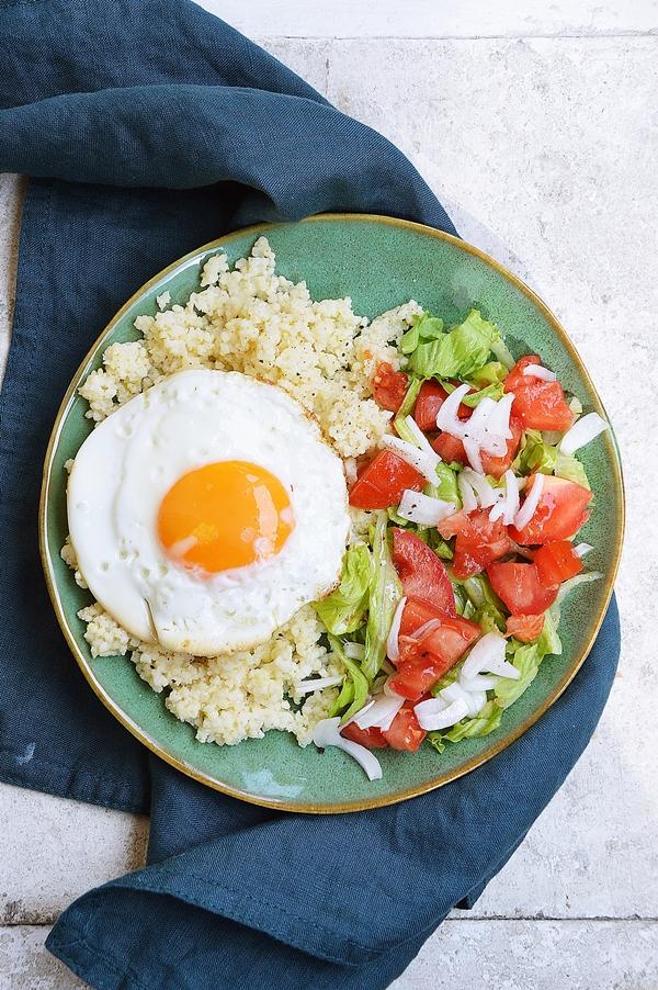 <strong>Kasza jaglana</strong> z jajkiem sadzonym i sałatką