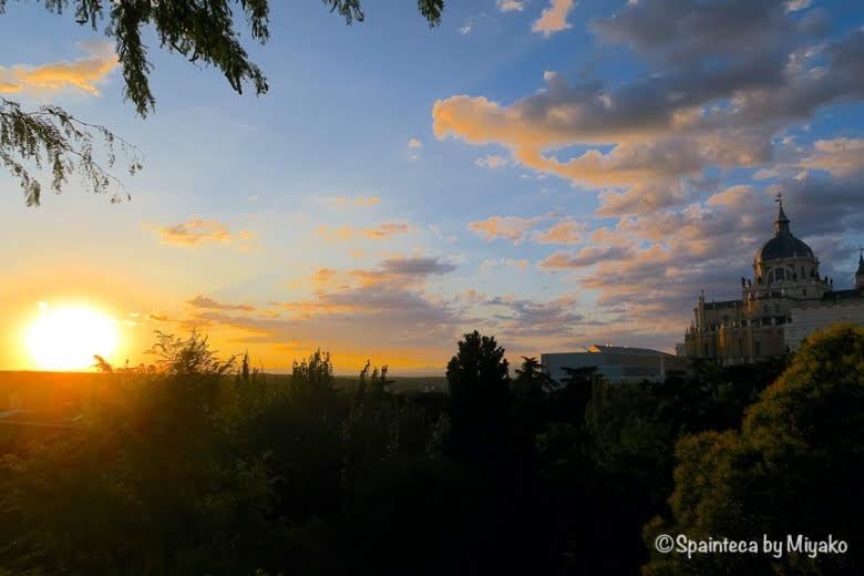バルのテラスから眺めるマドリードのアルムデナ大聖堂と夕焼けの絶景