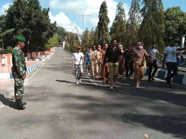 Anggota TNI Latih Paskibra dan PBB ke Warga Kota Tual