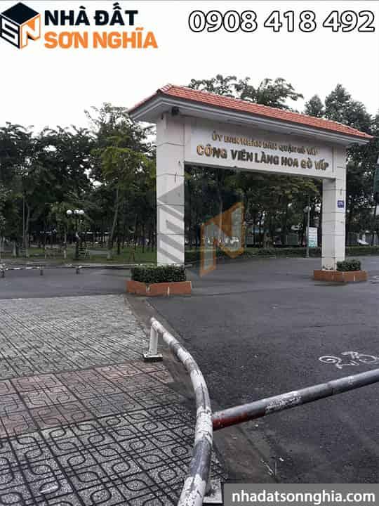 Đối diện công viên làng hoa