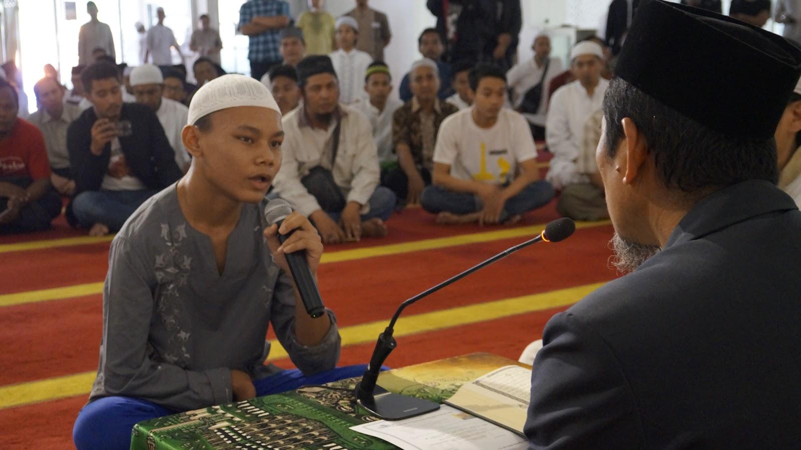 [Video] Masya Allah, Sebelum Bersyahadat, Remaja Ini Baca Al-Quran Dengan Suara Merdu