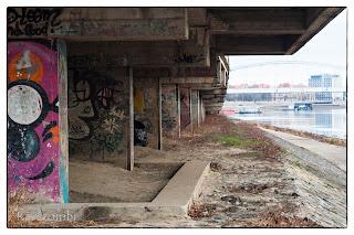 Graffiti a rakparti feljáró alatt Szegeden a Tisza mellett