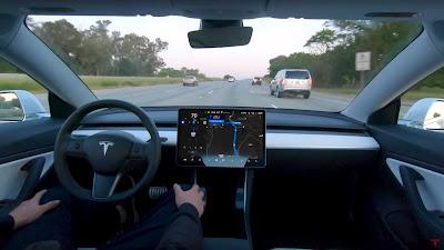 فيديو لسيارة تيسﻻ ذاتية القيادة يثير الكثير من الحدل
