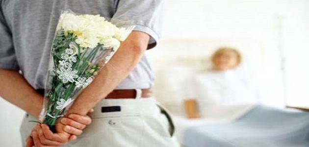 دع المريض يعرف أنك تفهم مشاعره وتحدث بهدوء إليه.. إتيكيت التعامل مع المرضى