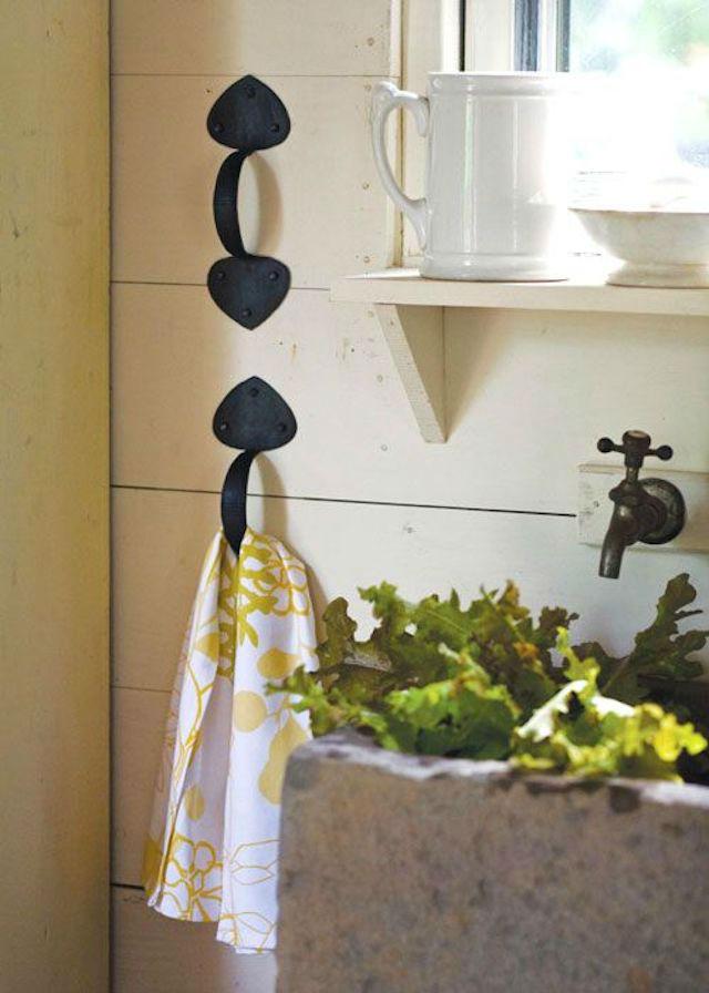 colgadores en el baño con tiradores antiguos