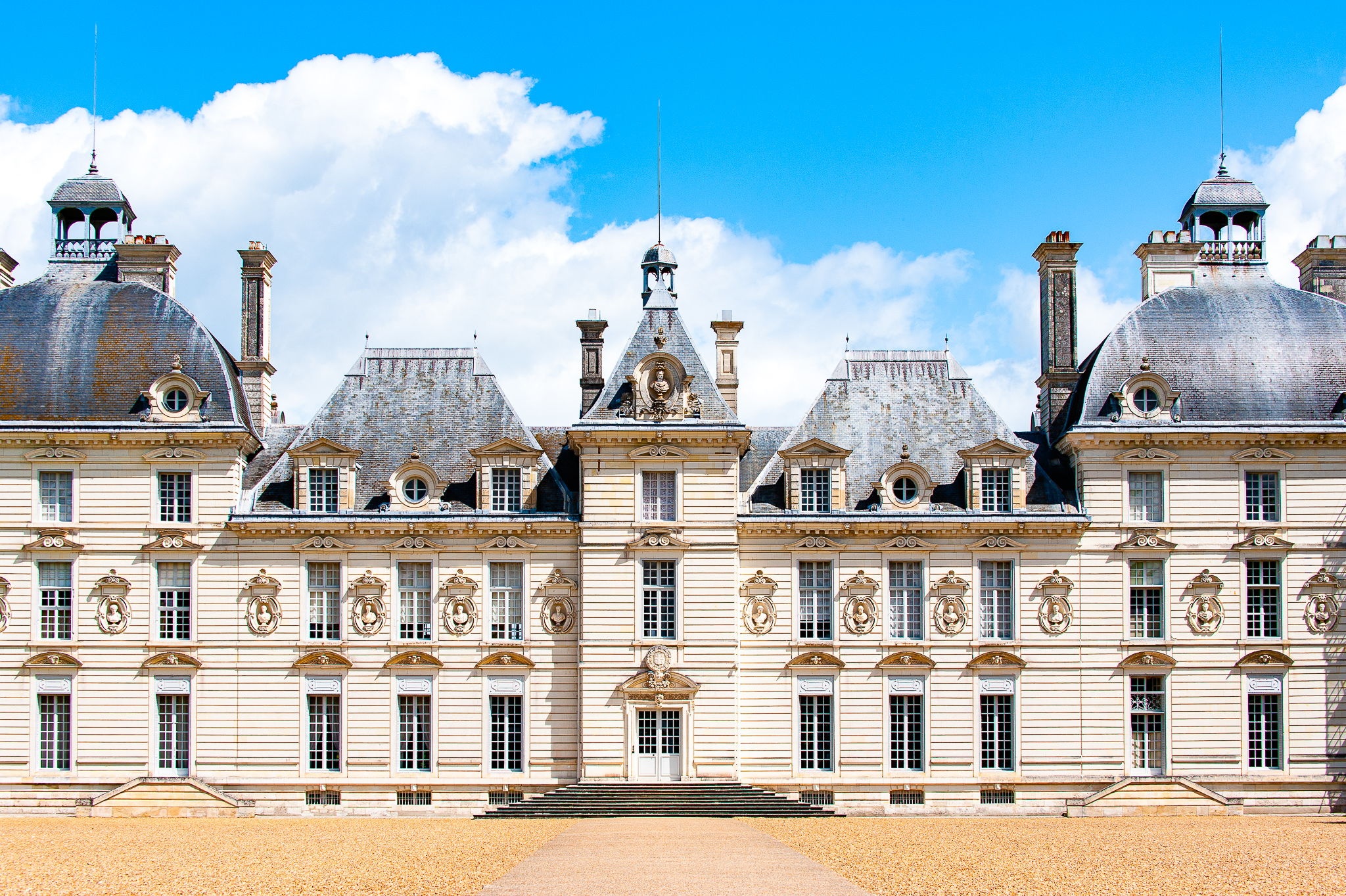 a photo of the chateau de cheverny in the loire valley france