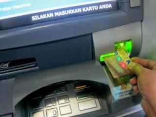 identifikasilah perbedaan kartu debit dan kartu kredit