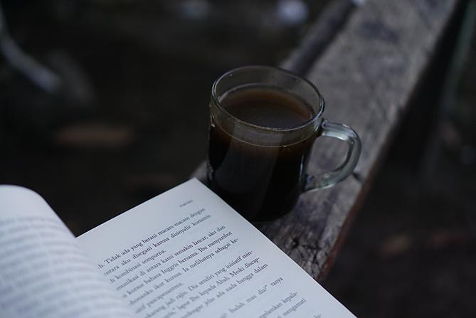 Meluangkan waktu membaca buku