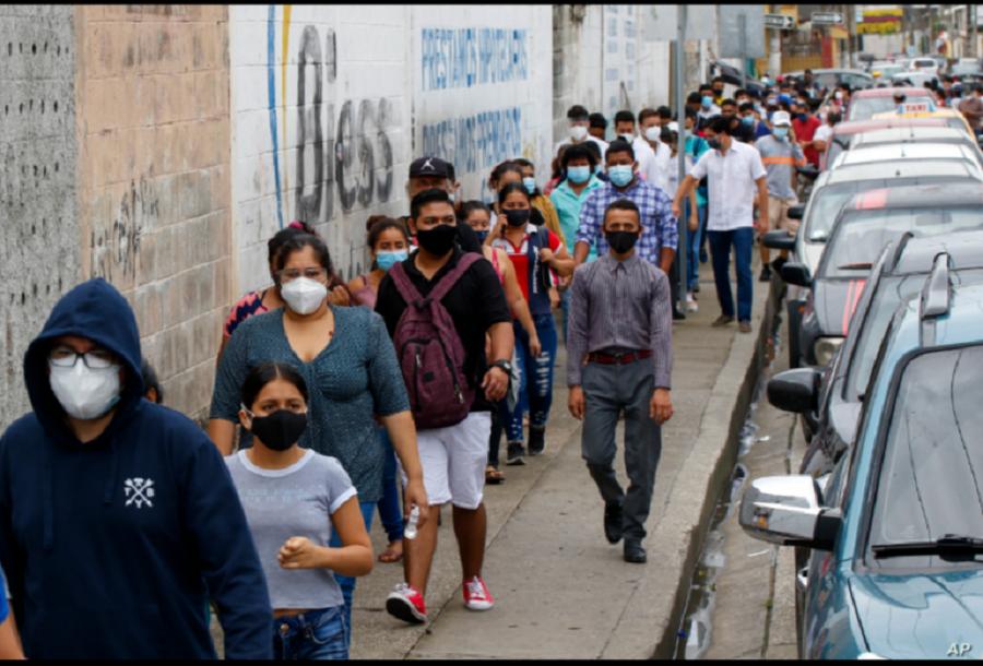 Los votantes se alinean afuera de una mesa de votación durante las elecciones presidenciales y legislativas en Guayaquil, Ecuador, el domingo 7 de febrero de 2021 / AP