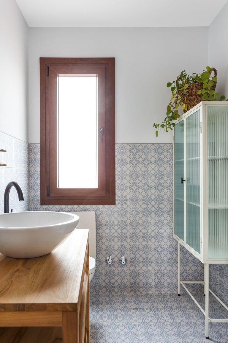Baño con mueble de madera y lavabo de sobremesa con suelo hidraúlico