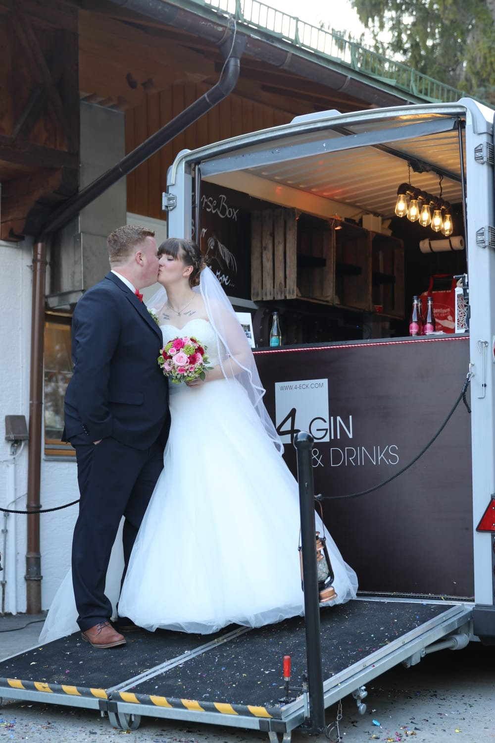 Brautpaar, Kuss, Hochzeit, Horsebox-Bar, Hochzeitsempfang, mobile Bar, Pop-up-Bar, Bar-Team, Event-Bar, rent a Bar, Garmisch-Partenkirchen, Hochzeitsbar, 4 Gin & Drinks