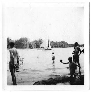 Kinder am Wasser, Ball, Bäume, Segelboot